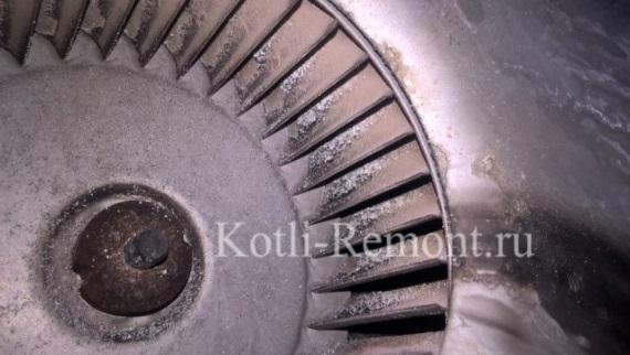 Вентилятор и лопасти покрыты уличной пылью и окислами